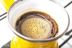 Kuchenny wnętrze - gotować kawę w żółtym indyczym turek na benzynowej kuchence Zdjęcie Stock