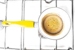 Kuchenny wnętrze - gotować kawę w żółtym indyczym turek na benzynowej kuchence Obrazy Stock