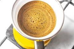 Kuchenny wnętrze - gotować kawę w żółtym indyczym turek na benzynowej kuchence Zdjęcie Royalty Free