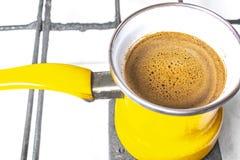 Kuchenny wnętrze - gotować kawę w żółtym indyczym turek na benzynowej kuchence Zdjęcia Royalty Free