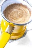 Kuchenny wnętrze - gotować kawę w żółtym indyczym turek na benzynowej kuchence Zdjęcia Stock