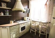 Kuchenny wnętrze w jaskrawych kolorów chłodziarki piecowych krzesłach Obrazy Royalty Free