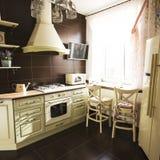 Kuchenny wnętrze w jaskrawych kolorów chłodziarki piecowych krzesłach Obrazy Stock