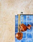 Kuchenny wnętrze z kuchennymi akcesoriami Wiszący retro projekta groszaka kitchenware set Zdjęcia Stock