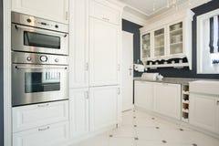 Kuchenny wnętrze z nowożytnym meble zdjęcia stock