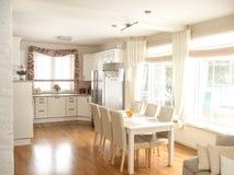 Kuchenny wnętrze z stołem i krzesłami Zdjęcia Royalty Free