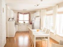 Kuchenny wnętrze z stołem i krzesłami Fotografia Stock
