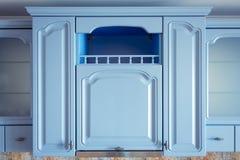 Kuchenny wnętrze z urządzeniami i meblarskim błękitem fotografia royalty free