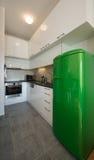 Kuchenny wnętrze z zieloną chłodziarką Obrazy Stock