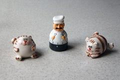 Kuchenny zegar w postaci szef kuchni figurki i dwa kotów fotografia stock