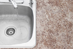 Kuchenny zlew, faucet i countertop szczegół, obraz stock