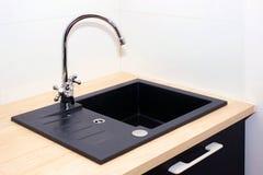 Kuchenny zlew i wodny klepnięcie w kuchni w nowożytnym mieszkaniu Domowi urządzenia fotografia royalty free