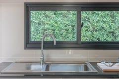 Kuchenny zlew z faucet na czerń kontuarze Obraz Stock