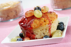 Kuchenpudding mit Trauben Lizenzfreies Stockfoto