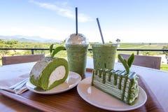 Kuchenrolle und -krepp des grünen Tees backen mit matcha grünem Tee zusammen Stockfotos