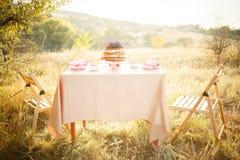 Kuchenrosenquarzfarbe auf der Hochzeitstafel Lizenzfreies Stockfoto