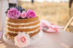 Kuchenrosenquarzfarbe auf der Hochzeitstafel Stockbilder