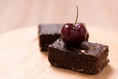Kuchenschokoladenschokoladenkuchen auf hölzernem Hintergrund Lizenzfreie Stockfotos