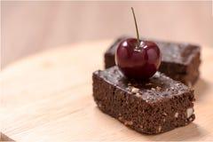 Kuchenschokoladenschokoladenkuchen auf hölzernem Hintergrund Lizenzfreies Stockfoto