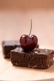 Kuchenschokoladenschokoladenkuchen auf hölzernem Hintergrund Stockfotos