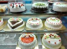 Kuchenshop mit einer Vielzahl von Kuchen Stockbilder