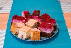 Kuchenstücke auf einer Platte Stockfotografie