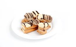 Kuchenstücke Schokoladen- und Vanillefüllung Stockfotos