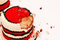Kuchenzertrümmern mit rotem Zuckerglasurkuchen Lizenzfreies Stockbild