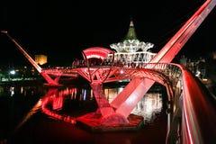 KUCHING, ΜΑΛΑΙΣΙΑ, στις 18 Απριλίου 2019: Η γέφυρα Darul Hana πέρα από τον ποταμό Sarawak που επιτηρεί το κτήριο κρατικών συνελεύ στοκ φωτογραφία με δικαίωμα ελεύθερης χρήσης