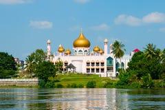 Ρόδινο μουσουλμανικό τέμενος σε Kuching (Μπόρνεο, Μαλαισία) Στοκ φωτογραφία με δικαίωμα ελεύθερης χρήσης