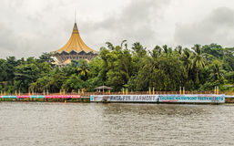Kuching, Malaysia, parlamentbyggnad och barkasser under vattenfestivalregattan Arkivbilder