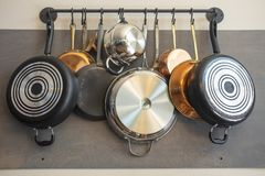 Kuchni ściany stojak dla wieszać garnki, niecki, fartuchy i innych naczynia dla, magazynu i wystroju zdjęcie stock