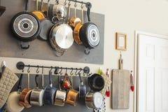 Kuchni ?ciany stojak dla wiesza? garnki, niecki, fartuchy i innych naczynia dla, magazynu i wystroju fotografia stock