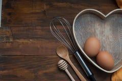 Kuchni narzędzia dla Bakerry lub kucharstwa Surowi jajka z drewnianym spooon, Pomarańczową pieluchą, Kierowymi narzędziami, kszta Fotografia Royalty Free