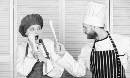 Kuchni regu?y Kulinarny batalistyczny poj?cie Kobiety i brodatego m??czyzny przedstawienia kulinarni konkurenci Co kucbarski leps fotografia royalty free