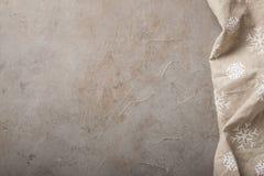 Kuchnia kamienia stół z ręcznikiem Odgórny widok z kopii przestrzenią Betonowy beżowy tło z odrobina rdzą fotografia stock