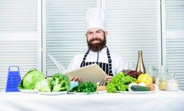 Kuchnia kulinarna vite jarscy świezi sałatkowi warzywa Dieting żywność organiczna brodaty szczęśliwy mężczyzna szefa kuchni przep zdjęcie stock