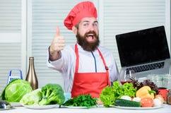 Kuchnia kulinarna vite jarscy świezi sałatkowi warzywa Zdrowy karmowy kucharstwo Dojrzały modniś z brodą zdjęcie stock
