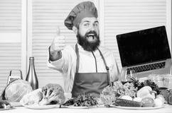 Kuchnia kulinarna vite jarscy ?wiezi sa?atkowi warzywa Zdrowy karmowy kucharstwo Dojrza?y modni? z brod? zdjęcie royalty free