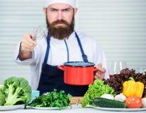 Kuchnia kulinarna vite Zdrowy karmowy kucharstwo Dojrzały modniś z brodą Dieting żywność organiczna Jarska sałatka z obraz royalty free