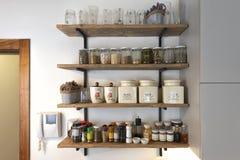 Kuchnia odkłada z różnorodnymi karmowymi składnikami i pikantność, obraz stock