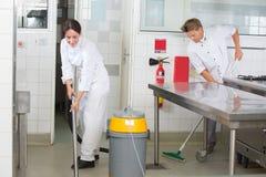Kuchnia pomaga cleaning restauraci kuchnię fotografia stock
