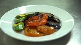 Kuchnia Restauracja _ Szef kuchni stawia piec na grillu warzywa na talerzu zbiory wideo