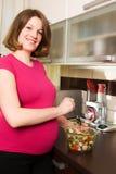 kuchnia robi kobiet ciężarnym sałatkowym potomstwom Zdjęcia Stock