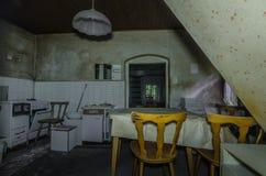 kuchnia w starym domu w lesie obrazy stock