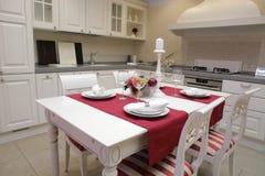 kuchnia wewnętrznego nowoczesnego służyć stół Zdjęcie Stock