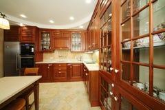 Kuchnia z drewnianym meble zdjęcia royalty free