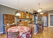 Kuchnia z jaskrawymi drewnianymi gabinetami, stalowymi urządzeniami i granitów wierzchołkami, Obraz Stock