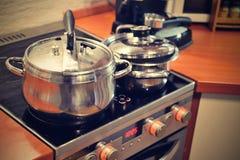 Kuchnia z kuchenką i garnkami Zdjęcia Royalty Free