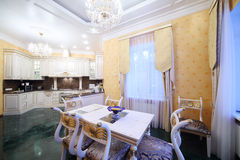 Kuchnia z luksusowym meble w klasyka stylu, marmurowa podłoga Fotografia Royalty Free